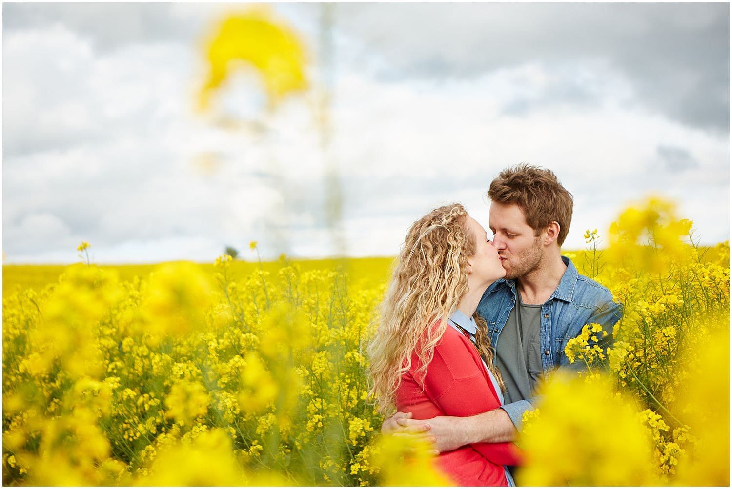 a couple kiss in a Lincolnshire field